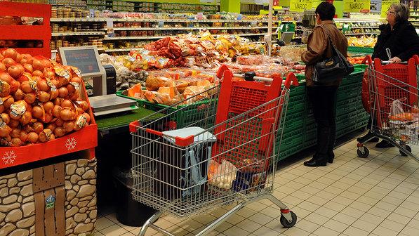 Consumidores observam preços em Supermercado