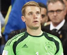 諾伊爾(左)在今年世足鎮守德國隊球門,拿下一座金手套獎,是德國隊奪冠功臣之一,他身旁落寞的梅西則拿下金球獎。 / 美聯社