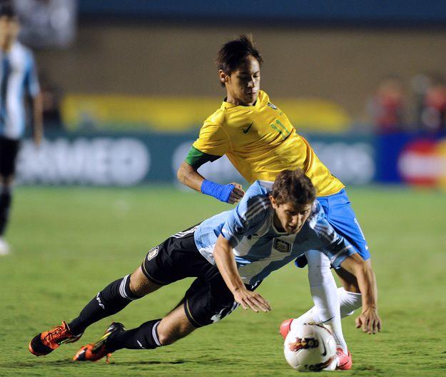 Argentyczyk Gino Peruzzi i Brazylijczyk Neymar /AFP