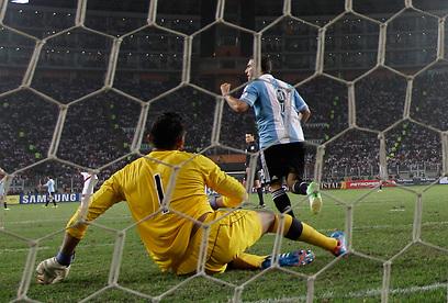 הגוואין חוגג את השער מול פרו. תיקו חוץ זה לא רע, אמר מסי  (צילום: AP)