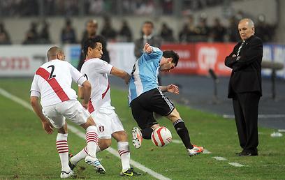 מסי מתקשה מול הפרואנים. משחק קשוח  (צילום: AFP)