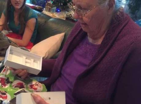 Esta abuela ya lleva ms de siete mil likes y casi dos millones de reproducciones por su reaccin. Foto: YouTube.com